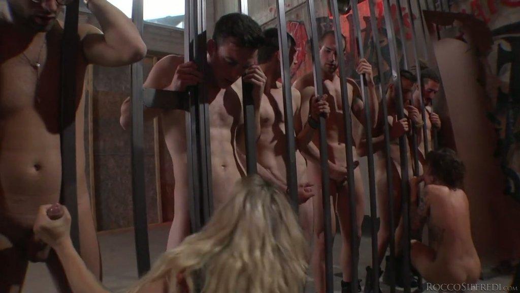 Nikita Belucci und Brittany Bardot lutschen im Gefängnis mehrere Schwänze