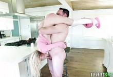 Frecher Teenie Shae Celestine nimmt Creampie von fettem, geädertem Schwanz