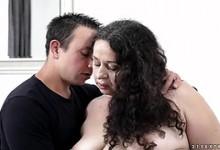 Die vollbusige reife Hausfrau Cory Chase bumst Stiefsohn, weil er ihren Kürbiskuchen gefickt hat