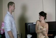 Zeigt sohn vor mutter ihrem nackt sich Sohn zeigt